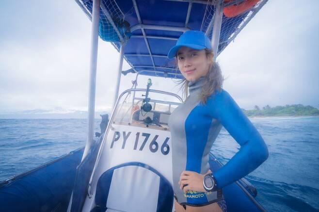 지난 해 모레아 섬 근처 배 위에 있는 최송현씨. 사진 최송현 제공