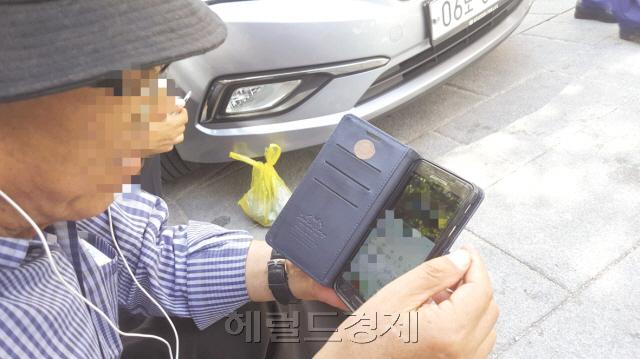 신문, 방송 등 기성 매체들의 보도를 불신하는 일부 노인들 사이에서는 카카오톡과 유튜브 등으로 유포되는 가짜뉴스를 맹신하고 있다. 사진은 지난 12일 서울 종로구 탑골공원에서 한 70대 노인이 유튜브로 뉴스를 보고 있는 모습. 경찰은 연말까지 가짜뉴스에 대한 특별단속에 나서기로 했다. 정세희 기자/say@heraldcorp.com