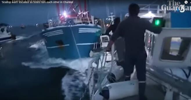 지난달 28일(현지시간) 영국 해협에서 가리비 조업을 하고 있는 영국 어선과 이를 막기 위한 프랑스 어선이 충돌하고 있다. 가디언 영상 캡쳐.