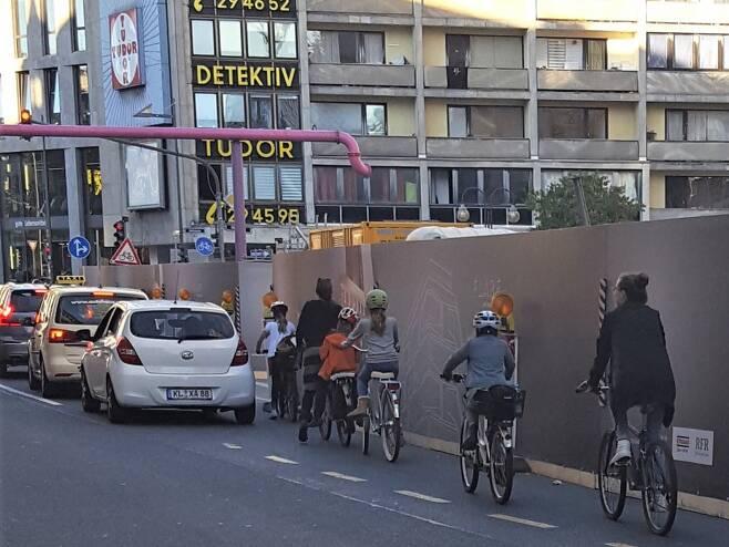 복잡한 프랑크푸르트 시내에서 자전거와 자동차가 섞여 달리기 일쑤 / 사진=이완