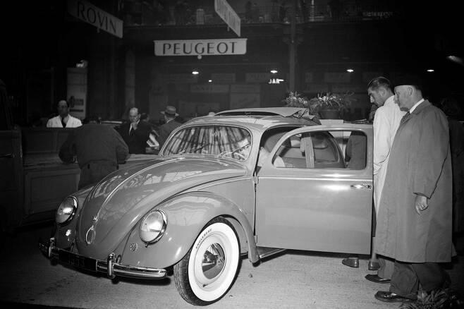 1952년 10월 2일 열린 '39회파리 국제모터쇼'를 찾은 관람객들이 폭스바겐 차량을 구경하고 있다.2년마다 열리는 파리모터쇼는 제네바모터쇼,디트로이트모터쇼 등과 함께 세계 5대 모터쇼로 꼽힌다. [AFP=연합뉴스]