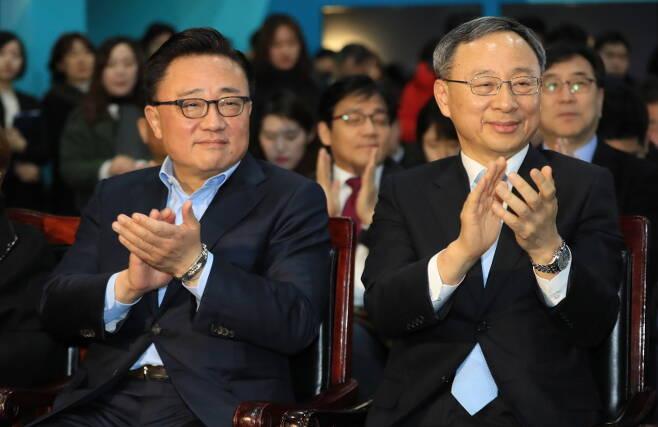 ▲ 황창규(오른쪽) KT 회장과 고동진 삼성전자 사장. 사진=연합뉴스