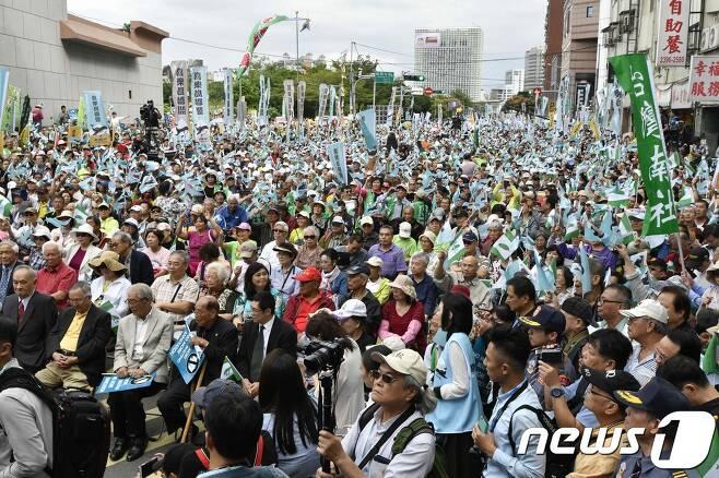 20일 대만독립을 촉구하는 시위가 대만의 수도인 타이페이 민진당 앞에서 열렸다. 이번 시위에 12만 명이 참석해 대만 독립을 위한 국민투표를 실시하라고 주장했다. © AFP=뉴스1 © News1