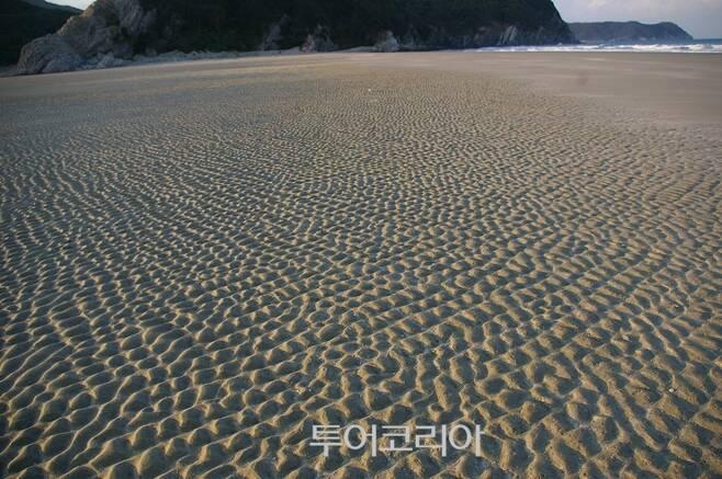 ▲ 미아동해변 모래사장에 바닷물이 빠지면서 그려 놓은 무늬
