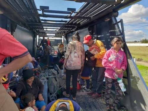 얻어 탄 트레일러가 출발하기를 기다리는 중미 이민자들 [푸에블라=연합뉴스]