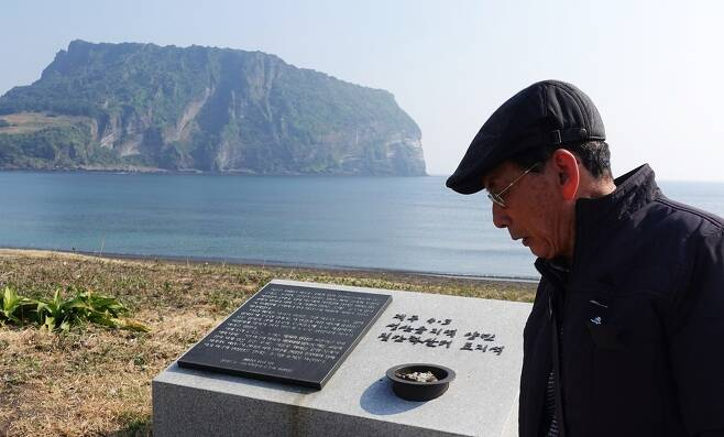 제주4·3 당시 성산포 터진목 학살 현장의 유일한 생존자 오인권(72)씨가 지난 5일 터진목을 찾아 상념에 잡혔다.