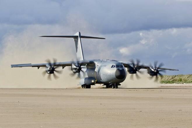대형 수송기 A400M은 전략 수송기의 비행 및 수송 능력 그리고 전술 수송기의 이착륙 성능이 결합되어 있다 (사진=에어버스사)