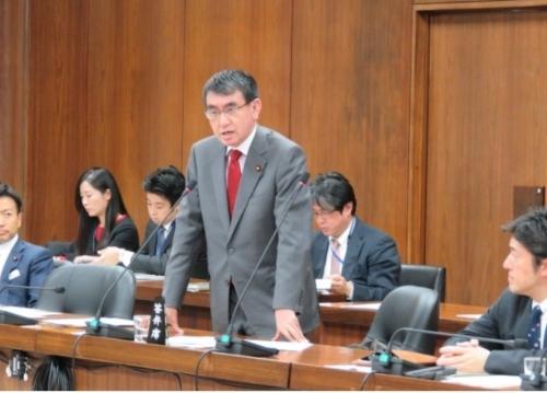 고노 다로 일본 외무상이 14일 일본 중의원 외무위에서 대법원의 강제징용 피해자 배상판결과 관련한 고쿠타 게이지 중의원 의원 질의에 답변하고 있다. 고쿠타 게이지 의원 홈페이지