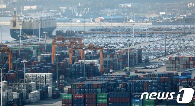 경기도 평택항 수출 야적장에 자동차와 컨테이너가 쌓여 있는 모습.  2018.10.25/뉴스1DB