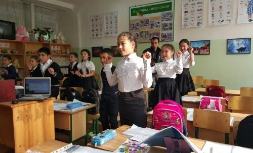지난달 28일 우즈베키스탄 타슈켄트에 있는 제35학교의 한 4학년 교실에서 학생들이 반주에 맞춰 한국 동요인 '올챙이와 개구리'를 율동과 함께 부르고 있다.