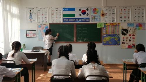 지난달 28일 우즈베키스탄 타슈켄트에 있는 제35학교의 한 고등학교 교실에서 학생들이 한국어 수업을 듣고 있다.