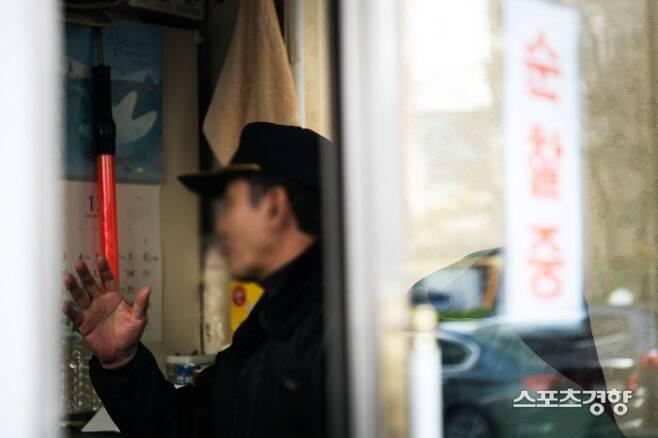 조여정의 부친 조모씨에게 총 3억원을 10년 넘도록 변제 받지 못했다고 주장하는 ㄱ씨가 6일 서울 마포구의 한 아파트단지 경비원실에서 스포츠경향과 만나 인터뷰를 하고 있다. 이선명 기자 57km@kyunghyang.com