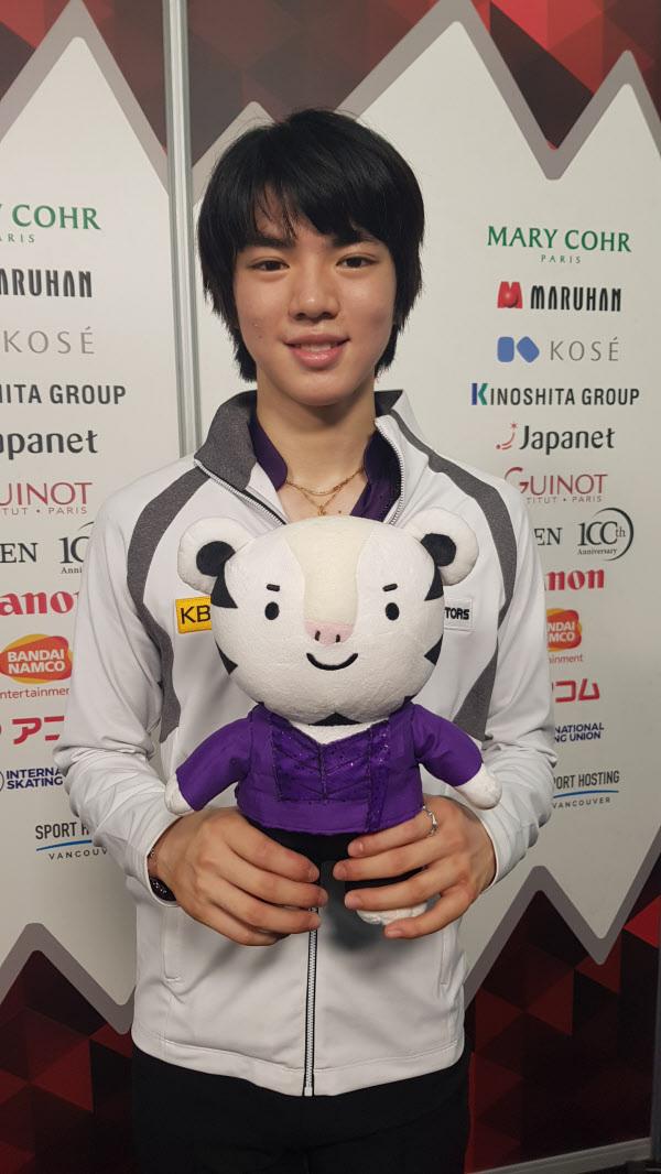/이순흥 기자 8일 ISU 피겨스케이팅 그랑프리 파이널 남자 싱글에서 동메달을 거머쥔 차준환이 평창 동계올림픽 마스코트인 수호랑을 들고 환하게 웃은 모습. 한국 남자 선수가 이 대회 메달을 딴 건 최초다.