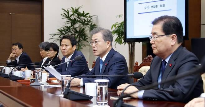 문재인 대통령(오른쪽 두 번째)이 10일 청와대 수석·보좌관회의를 주재하면서 모두발언을 하고 있다. 연합뉴스