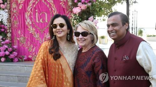 힐러리 클린턴 전 미국 국무장관(가운데)이 12월 8일 인도 우다이푸르에서 무케시 암바니 릴라이언스 그룹 회장(오른쪽), 무케시 암바니 회장의 부인 니타 암바니와 포즈를 취하고 있다. [로이터=연합뉴스]