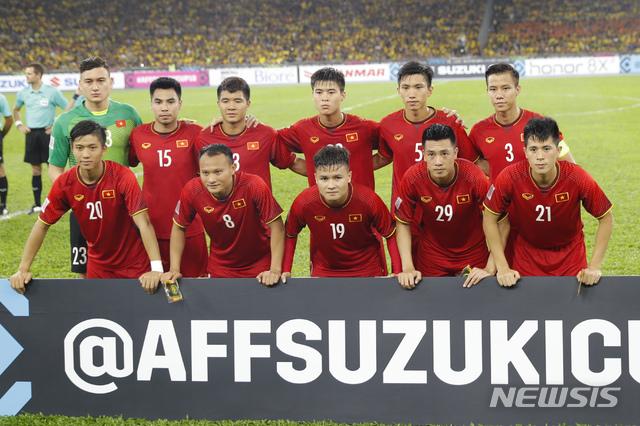 【쿠알라룸푸르=AP/뉴시스】베트남 축구대표팀이 11일(현지시간) 말레이시아 쿠알라룸푸르 부킷 잘릴 국립경기장에서 열린 말레이시아와의 스즈키컵 결승 1차전에 앞서 기념촬영을 하고 있다.양 팀은 1차전에서 2-2 무승부를 기록했으며 오는 15일 베트남 하노이에서 결승 2차전을 치른다. 2018.12.11.