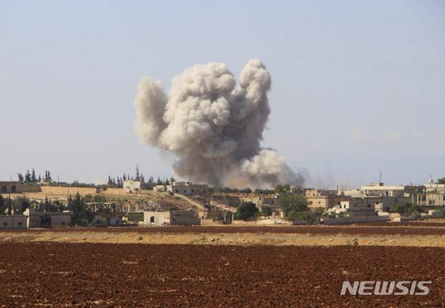 【호베이트=AP/뉴시스】 시리아 민간방위 조직 화이트헬멧 제공 사진으로, 10일 반군이 집결해 있는 이들립시 인근 마을에 시리아 정부군이 공습을 가해 연기가 솟아오르고 있다. 2018. 9. 11