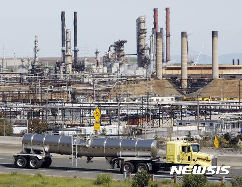 【리치먼드(미 캘리포니아주)=AP/뉴시스】 미국 캘리포니아주 리치먼드 시에 있는 이 정유공장도 도널드 트럼프 대통령의 파리기후변화협약 탈퇴 이후 전국 주 정부와 시장들이 독자적 협약이행을 선언하면서 이산화탄소 배출 감축의 영향을 받고 있다. 24일 마이애미에서 열린 전국 시장협의회에서도 시장들은 파리협약 준수정책을 재확인했다. 2017.06.25