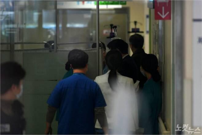 지난 3일 오후 극단적인 선택을 암시하는 문자를 남기고  잠적했다 경찰에 발견된 신재민 전 기획재정부 사무관이 후송된 서울 동작구 보라매 병원 응급실이 분주한 모습을 보이고 있다. 이한형 기자/자료사진