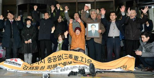 지난해 11월 29일 서울 서초구 대법원 대법정 앞에서 일제 강제징용 피해자 및 가족들이 미쓰비시 중공업 상대로 낸 손해배상청구 청구소송 상고심에서 승소한 뒤 기자회견을 하며 만세를 외치고 있다. 세계일보 자료사진
