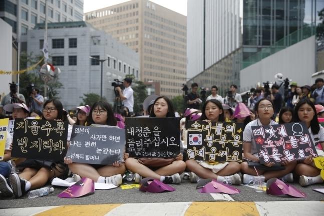 제4차 세계 일본군 '위안부' 기림일 세계연대집회 및 제1243차 일본군 위안부 문제 해결을 위한 정기 수요시위가  2016년 8월10일 서울 종로구 중학동 주한일본대사관 앞 평화로에서 열리고 있다. 이정아 기자 leej@hani.co.kr