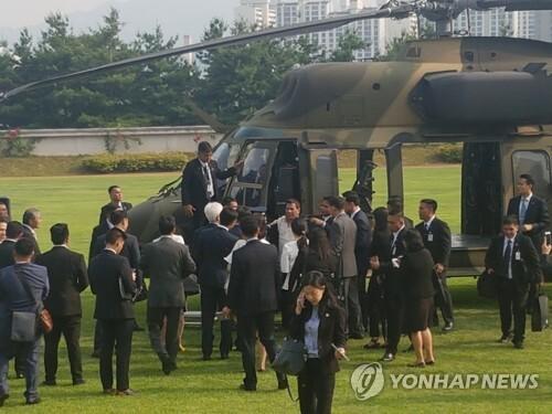 국산 기동헬기 수리온 탑승한 필리핀 대통령 [연합뉴스 자료 사진]