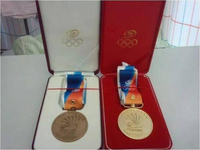 신씨가 2012년 전국체전 52㎏ 이하 고등부 대회에서 딴 동메달(왼쪽)과 유도선수로 활동하던 오빠가 선수 시절 딴 금메달이 나란히 놓여 있다. 신유용씨 제공