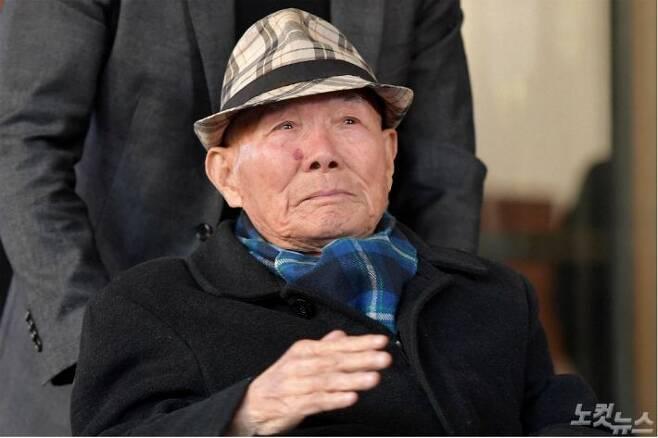 대법원이 1940년대 일제에 강제징용 피해를 당한 4명에 대해 일본 기업이 배상할 책임이 있다는 판결을 내린 30일 피해자 이춘식(94)씨가 손을 들어 기뻐하며 서울 대법원을 나서고 있다. 이번 판결은 피해자들이 소송을 제기한 지 13년 8개월 만이자 재상고심이 시작된 지 5년 2개월만의 판결이다. 박종민기자
