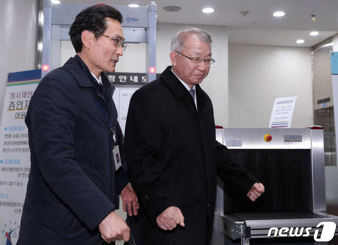사법농단 의혹 정점으로 지목된 양승태 전 대법원장이 지난달 23일 오후 서울 서초구 서울중앙지방법원에서 열린 구속 전 피의자심문(영장실질심사)을 마치고 호송차로 향하고 있다. /뉴스1 © News1 이재명 기자