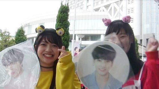 지난 해 11월 13일 방탄소년단의 공연이 열린 일본 도쿄돔 공연장 앞에서 여고생 팬들이 '손가락 하트'를 그리며 방탄소년단을 응원하고 있다. [연합뉴스]