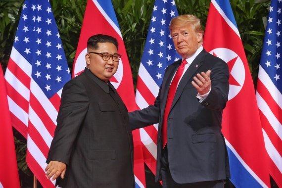 지난 2018년 6월 12일 싱가포르에서 정상회담에 앞서 기념촬영하는 트럼프 미국 대통령과 김정은 북한 국무위원장. 연합뉴스