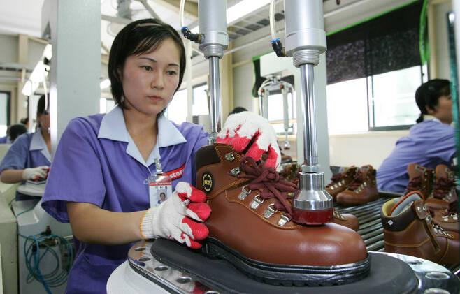 2007년 7월20일 개성공단에 있던 신발 생산 기업 삼덕통상의 공장에서 북쪽 노동자들이 일하고 있다. 개성/국회사진기자단
