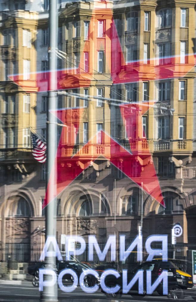 △주러 미국 대사관 건물이 '러시아 군대'의 로고가 새겨진 상점 창에 반사돼고 있다. 미국과 러시아가 모두 INF 조약에서 탈퇴하기로 결정하면서 긴장감이 고조되고 있는 가운데, 이 여파가 러시아와 평화협상을 진행하고 있는 일본에도 영향을 미치고 있다. [사진=AFP제공]