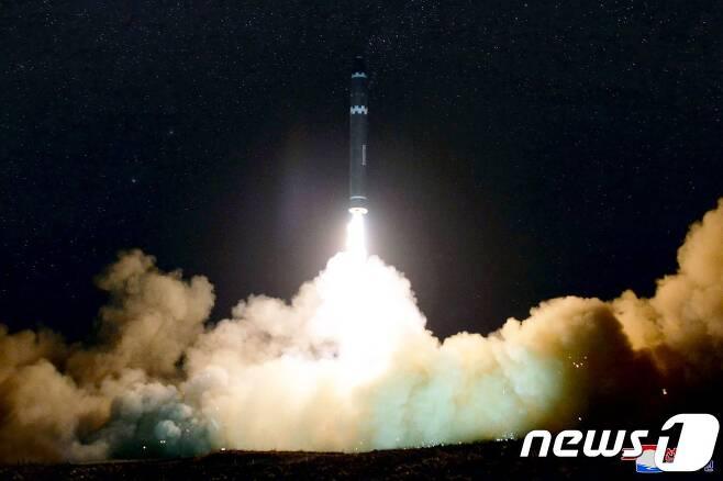북한의  미국 전역에 도달할 수 있는 신형 대륙간탄도미사일(ICBM) '화성-15형' 발사 모습.  © AFP=뉴스1 © News1 우동명 기자