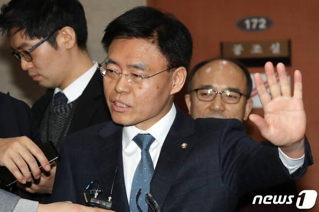 최교일 자유한국당 의원이 지난 1일 서울 여의도 국회 정론관에서 기자회견을 열고 스트립바 방문 의혹을 전면 부인한 뒤 취재진의 질문에 답하고 있다. © News1 민경석 기자