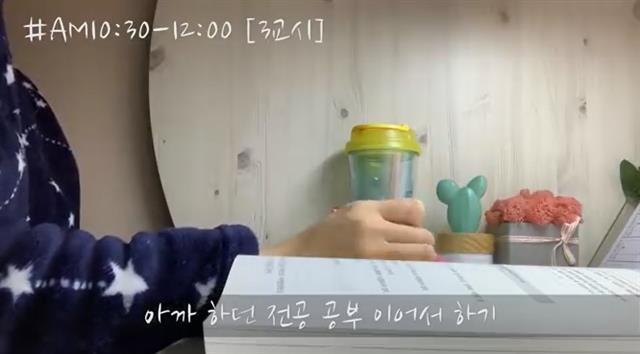 윤수진씨가 진행하는 유튜브 방송 화면. 윤씨는 10분 남짓의 녹화 방송과 하루 종일 진행되는 생방송을 모두 하고 있다.유튜브 방송 화면 캡처