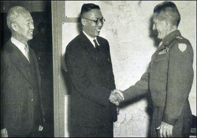 1945년 11월 중국에서 돌아온 김구(가운데)가 이승만(왼쪽)의 주선으로 미 군정 사령관 존 리드 하지 중장을 만나 악수를 나누고 있다.'이승만의 삶과 꿈' 제공