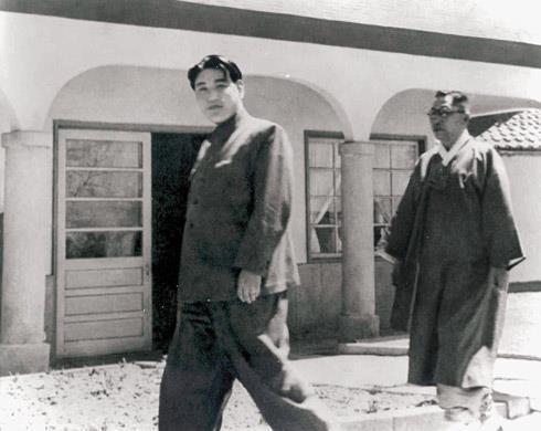 1948년 4월 평양에서 열린 '남북조선 제정당사회단체 연석회의'에 참석하기 위해 회의장인 모란봉 극장으로 걸어가는 김일성(왼쪽)과 김구. 남북연석회의는 1947년 9월 한반도 독립 방안을 논의하던 미소 공동위원회가 결렬되자 민족의 영구 분단 위기를 극복하고자 추진됐다.'조선의 오늘' 제공