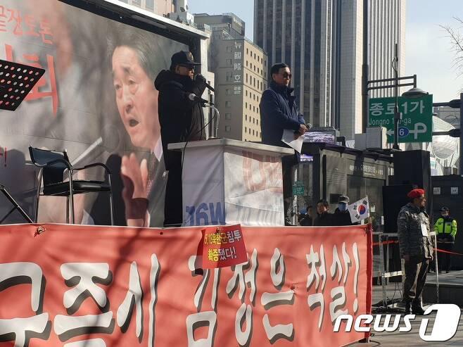 5·18 민주화운동에 북한군이 개입했다고 주장하는 보수 논객 지만원씨(왼쪽)가 22일 오후 서울 종로구 동화면세점 앞에서 보수단체 구국동지회가 주최한 '5·18 진실 규명 촉구 집회'에 참석해 발언하고 있다. 2019.2.22/뉴스1 © 뉴스1 서영빈 기자