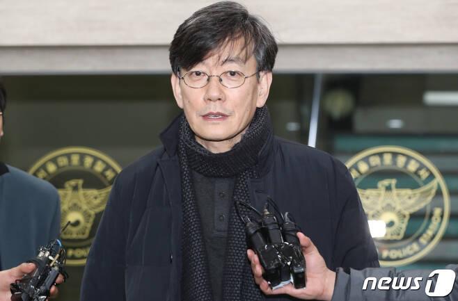 프리랜서 기자 김모씨(49) 폭행하고 협박했다는 의혹을 받는 손석희 JTBC 대표가 17일 새벽 고소인 신분으로 조사를 마친 뒤 서울 마포경찰서를 나서고 있다. 2019.2.17/뉴스1 © News1 허경 기자
