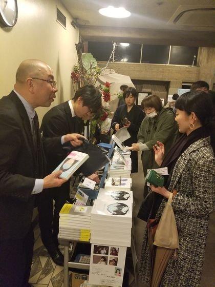 지난 19일 도쿄 신주쿠의 대형서점 키노쿠니야에서 열린 조남주 작가의 대담회 후 독자들이 '82년생 김지영'을 구매하고 있다. 윤설영 특파원.