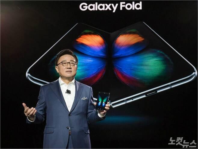 삼성전자 IM부분장인 고동진 사장이 현지시간 20일 미국 샌프란시스코에서 열린 갤럭시 언팩2019에서 폴더블폰을 소개하고 있다. /삼성전자