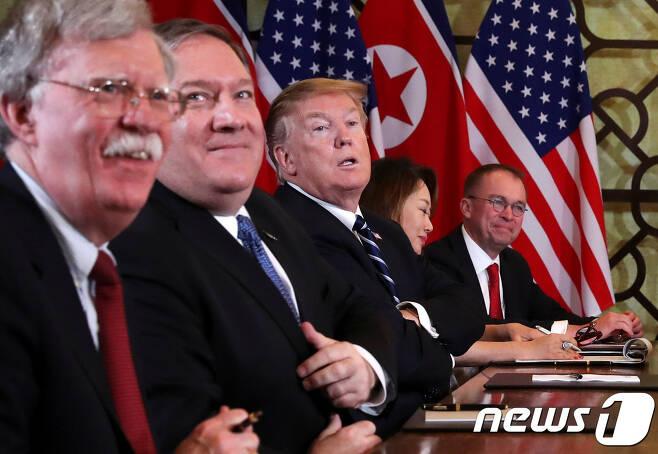 도널드 트럼프 미국 대통령이 지난 2월 28일(현지시간) 베트남 하노이 소피텔 레전드 메트로폴 호텔에서 김정은 북한 국무위원장과 확대 정상회담을 하고 있다. 이날 미국측에서는 마이크 폼페이오 국무장관, 존 볼턴 NSC 보좌관, 믹 멀베이니 백악관 비서실장 대행이 배석했다. © 로이터=뉴스1 © News1 우동명 기자