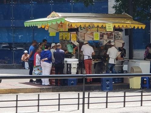 카라카스 도심 로스 코르티호스 거리에 있는 핫도그 가판. [연합뉴스]