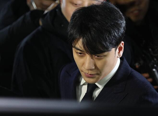해외 투자자 성접대 의혹을 받고 있는 가수 승리가 15일 오전 서울 종로구 서울지방경찰청에서 피의자 신분 조사를 마친 후 귀가하고 있다. [뉴스1]
