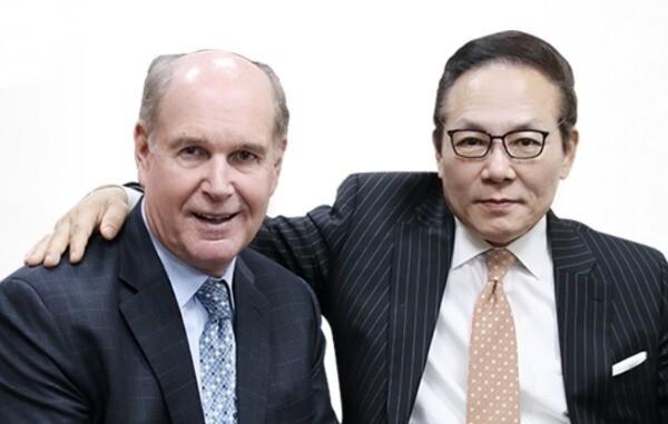 메타노이아 프로젝트를 이끄는 국제 인권변호사 출신 마이클 최 회장(오른쪽)과 로버트 스위프트 CEO. / 출처=엠블록체인 제공