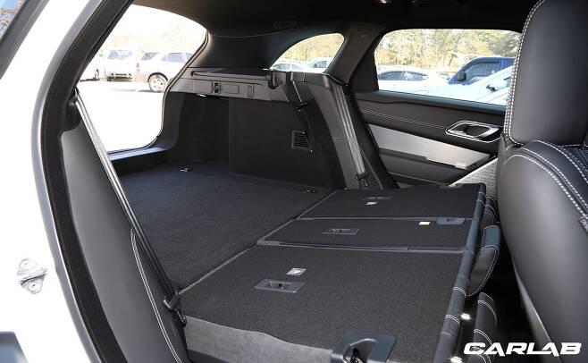 2열 등받이를 접으면 트렁크 바닥과 거의 평평하게 이어진다