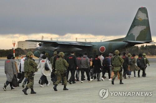 일본자위대, 유사시 해외 체류 자국인 구출 훈련 (이루마<일본 사이타마> 교도=연합뉴스) 일본 자위대가 13일 사이타마(埼玉)현 이루마(入間)기지에서 해외에 체류 중인 일본인이 위험에 빠졌을 때를 상정해 훈련을 펼치고 있다. 2017.12.13 bkkim@yna.co.kr