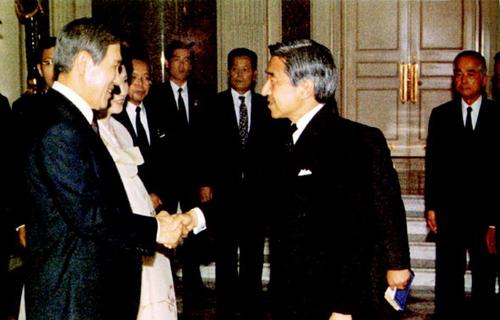 노태우 당시 대통령이 1990년 5월 일본을 방문, 아키히토 일왕과 만나 악수하고 있다.