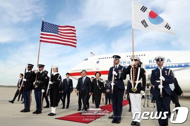 문재인 대통령과 부인 김정숙 여사가 10일(현지시간) 미국 워싱턴 앤드류스 공군기지에 도착해 공군 1호기에서 내리고 있다. (청와대 페이스북) 2019.4.11/뉴스1